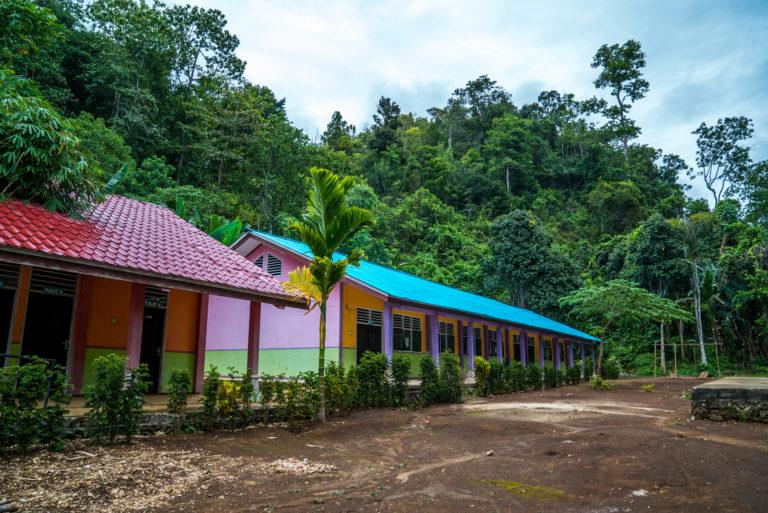 Die Tage im westpapuanischen Sonnenschein können heiß sein und regelmäßig über 40 Grad liegen. Sie können auch extrem nass sein, mit regelmäßigen tropischen Regengüssen, die selbst die energischsten Kinder aufhalten.  Unter diesen extremen Bedingungen ist es für Kinder in West-Papua nicht einfach, ihre Aktivitäten auszuführen. Die Beamten von Yenbeser baten um unsere Mitarbeit beim Bau eines Daches in einem Teil des Gebiets vor Martin Luther Yenbesers Frühkindliche Bildung (PAUD), damit sie bei jedem Wetter eine Pause von ihrem heißen Klassenzimmer einlegen und draußen spielen können.  Insgesamt haben wir eine Fläche von 36 m2 abgedeckt, die als Spielplatz für Kinder genutzt werden kann und mit mehreren Spielzeugen wie Holzschaukeln ausgestattet ist.