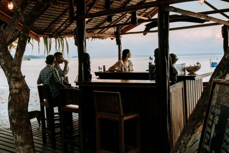 Le bar est idéalement situé sur la plage, ce qui n'empêche pas une belle promenade sur le sable. Dégustez une bière fraîche, un gin-tonic ou un verre de vin blanc avec vue sur l'horizon. Le bar est équipé du Wifi