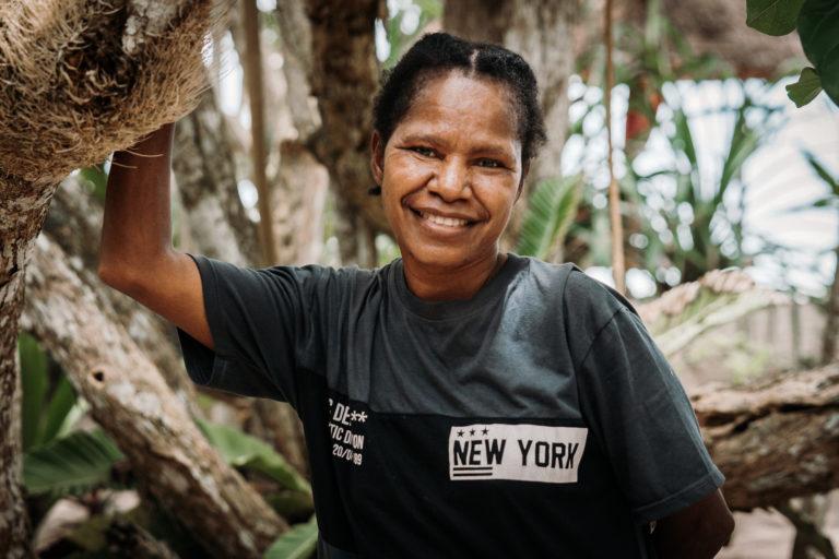 Nach einigen Treffen mit umliegenden Gemeinden, um zu sehen, welche Art von lokalem Gemüse sie produzieren, bekommen wir jetzt wöchentliche Gemüselieferungen aus dem benachbarten Dörfern Yenbeser und Friwen. Dieses Gemüse wird lokal von den Frauen aus dem Dorf angebaut. Regelmäßige Lieferungen umfassen Spinat, Bananen, Jackfrucht, Süßkartoffeln, Kasabi-Blätter und viele andere grüne Gemüse.  Dies ist ein weiteres erfolgreiches Programm zur Stärkung von Frauen. Raja Ampat Biodiversity schätzt und integriert authentische Elemente der traditionellen und zeitgenössischen lokalen Kultur für unseren Betrieb, unser Design, unsere Einrichtung und unsere Küche!
