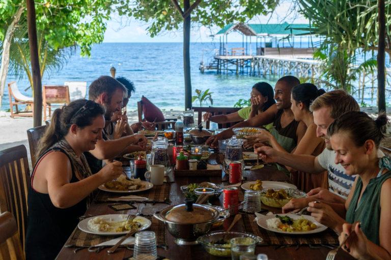 Un restaurant avec vue sur la mer pour s'immerger dans la cuisine traditionnelle indonésienne. Nous sélectionnons des ingrédients frais et locaux afin de minimiser l'empreinte carbone et de faire bénéficier directement la communauté locale. Notre restaurant est un point de rencontre, avec un service de café/thé 24h/24, de l'eau potable à volonté, un espace salon, où de grandes tables sont disposées à distance... Oubliez vos chaussures ou vos sandales et ressentez le sable chaud sous vos orteils.
