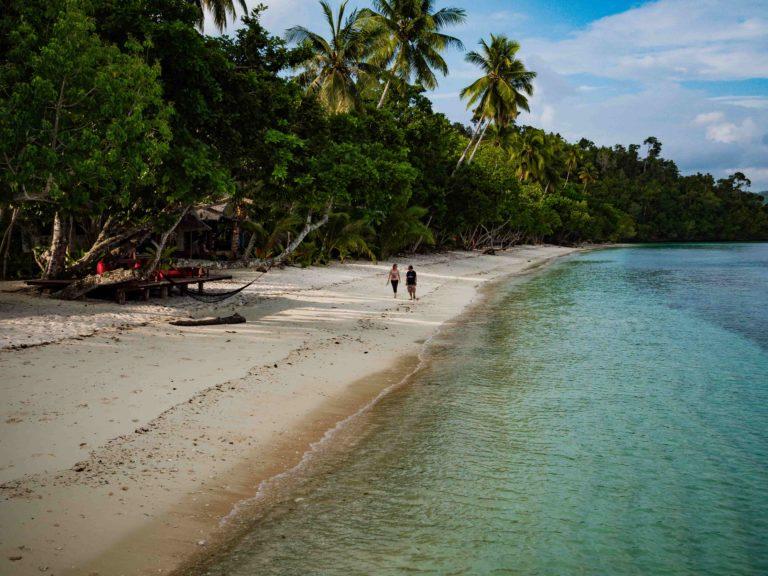 Dieses Resort liegt an einem weißen Sandstrand, der im Volksmund Pantai Yenanas genannt wird. Wir befinden uns direkt am Eingang zur Bucht von Kabui, einer berühmten Bucht mit einigen der spektakulärsten weißen Sandstrände, die Sie sich vorstellen können. An der Ostküste gibt es außerdem enorme, hoch aufragende Klippen, bizarre Felsformationen und verführerischen Regenwald. Dies macht sie perfekt für eine Erkundung mit unseren Kajaks.