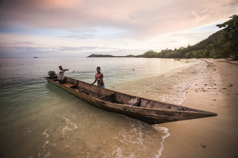 Wir kaufen unseren Fisch direkt bei lokalen Fischern. Sie verwenden keine Netze, sondern nur Handleinen, die eine nachhaltige Art des Fischfangs darstellen und das Meeresleben im Schutzgebiet schützen. Wir kaufen keine Rifffische, nur pelagische Fische.  Der Kauf von Fisch direkt von den Fischern war sowohl für das Resort als auch für die Dorfbewohner eine Win-Win-Situation: Sie müssen nicht nach Waisai reisen (und ihr Geld verwenden, um Treibstoff zu kaufen), und wir können nachhaltigen frischen Fisch anbieten. Gleichzeitig fördern wir die lokale Bevölkerung wirtschaftlich.