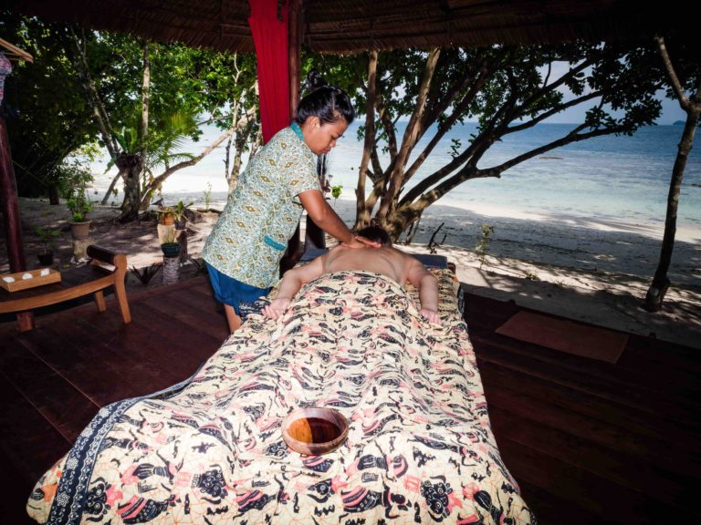 Notre approche globale du bien-être commence par l'emplacement du spa, le bruit des vagues et des oiseaux. Le bonheur commence par un massage, au cours duquel vous parviendrez à une relaxation profonde pendant que le thérapeute vous travaillera en douceur, jusqu'à ce que vous atteigniez votre équilibre intérieur