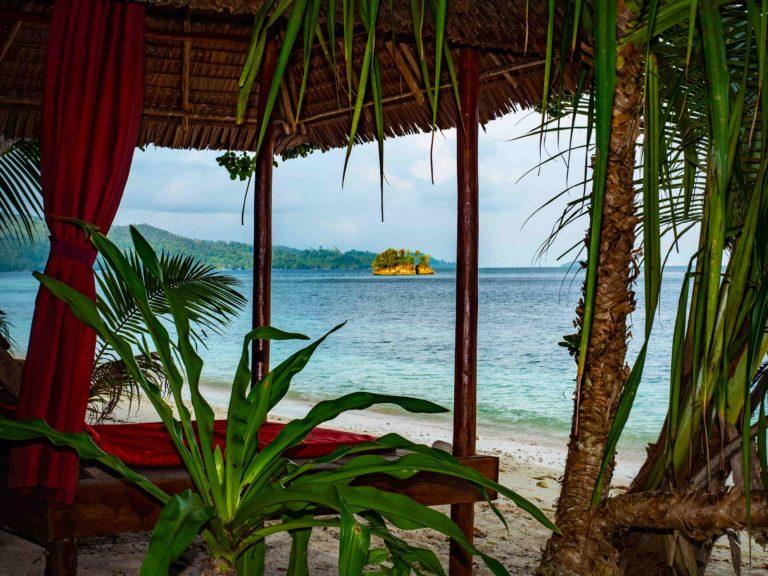 Das Resort möchte die Integration zwischen Natur und Umwelt hervorheben. In dieser Umgebung haben wir viele Ruhebereiche eingerichtet: Lesen Sie ein Buch im Loungebereich des Stegs, legen Sie Ihr Handtuch auf den Strand, arbeiten Sie an Ihrer Bräune in den Sonnenliegen, machen Sie eine Siesta auf den Tagesbetten, unterhalten Sie sich im Restaurant-Lounge-Bereich oder genießen Sie ein kühles Bier an der Bar!