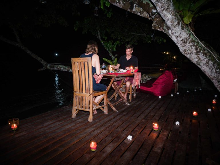 Une table éclairée à la bougie juste pour deux, sous les étoiles, le sable sous vos pieds, la chaude brise marine et les vagues de quelques pas. Profitez d'un délicieux repas inspiré par la région. Savourez les ingrédients d'origine locale et les saveurs les plus fraîches.