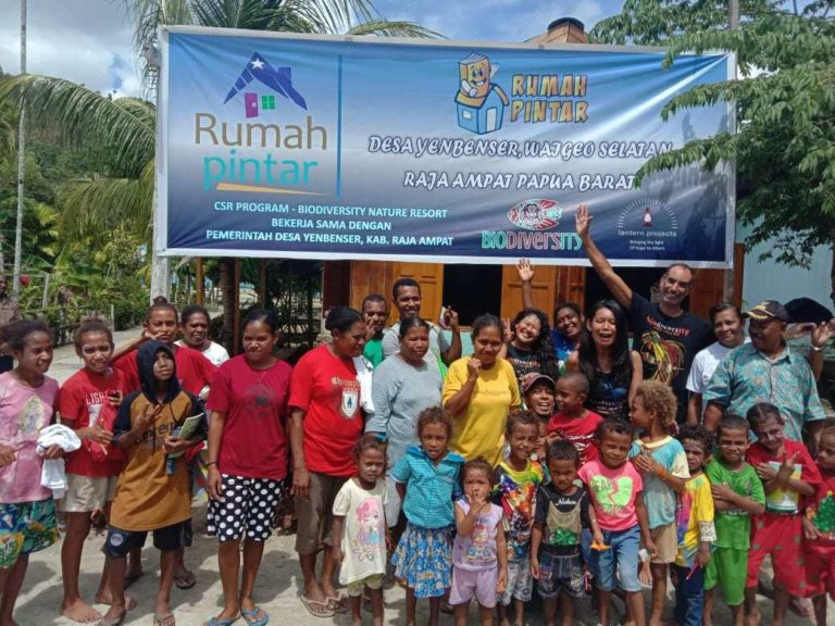 Raja Ampat Biodiversity Nature Resort inaugurated a community library in Yenbeser Village last January the 4th. The celebration of this event resulted in a morning filled with fun games, drawing, face painting, and laughter. Biodiversity devised this project a few years ago when we started asking to our guest for educational book donations to the inhabitant of Yenbeser, especially the younger ones. We realized then, that there was a lack of infraestructure, where to keep the books and most important to be easily accesible for the children. Mrs. Ksenija Olmer, one of the resort's guests, initiated an international donor in cooperation with Lantern Projects. They donated 1000 USD for the library construction. Needful to mention the gratitude and acknowledge from the parties to all the donors for their help and support on this Library Project. Biodiversity continues to motivate all guests to bring and donate books. This educational project will help with the filling up and modernizing of Yenbeser Library with books for children of all ages. The next program is planned to focus on the refurbishment of Frewin Village's old library and the collection of further books so that the Frewin students enjoy equal access to English titles.